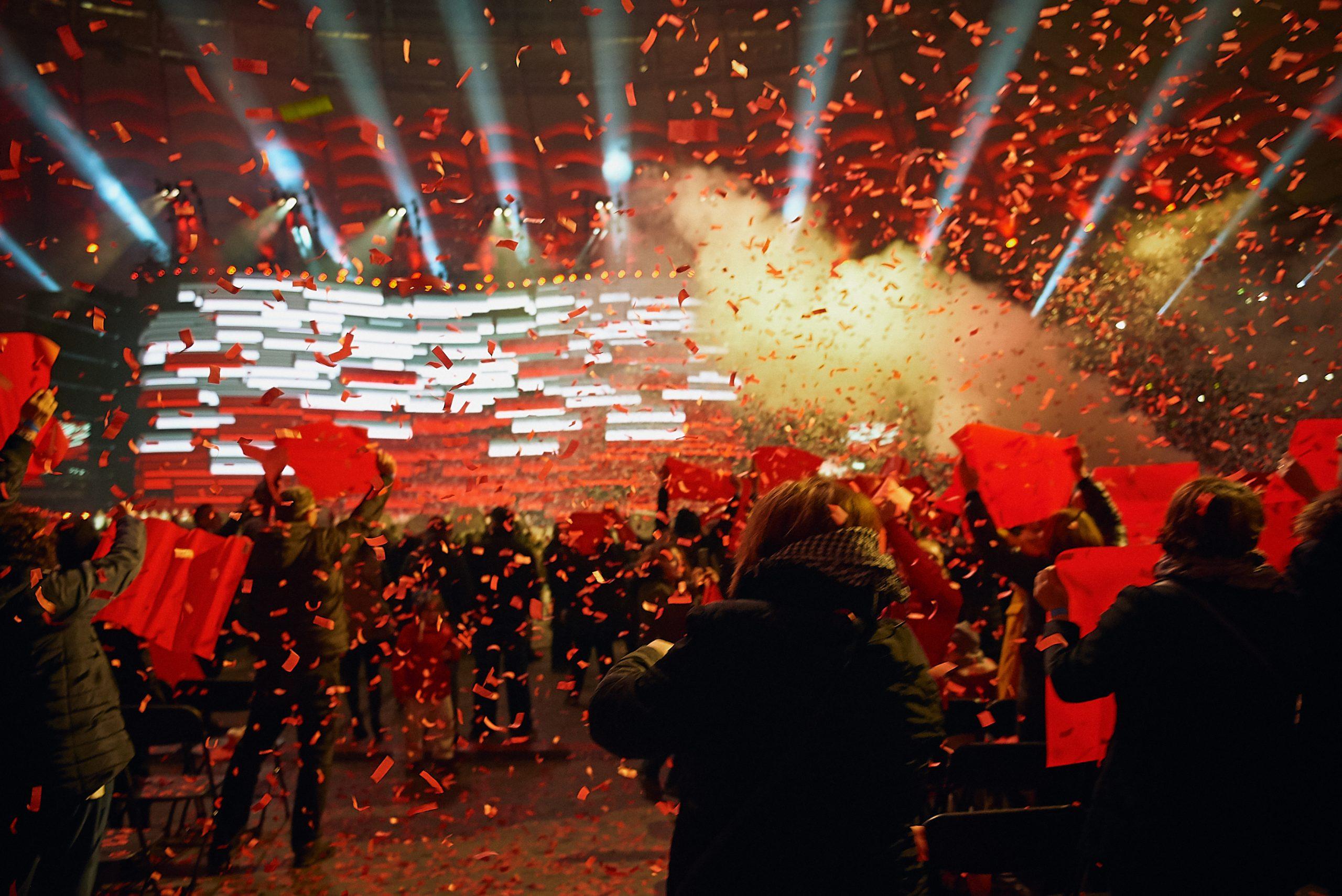 бело-красные иллюминации, люди в вихре конфетти патриотических цветов