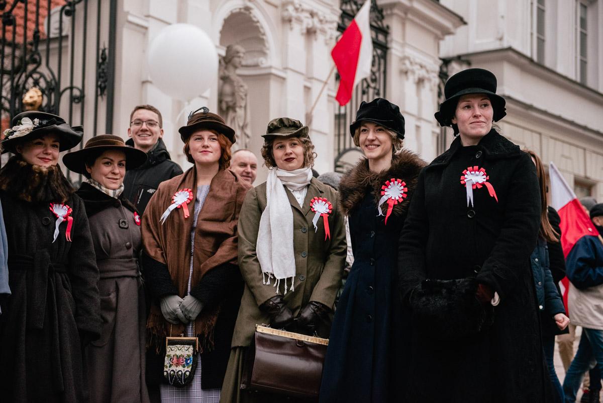 фото предоставляет несколько улыбающихся женщин в костюмах XXвека