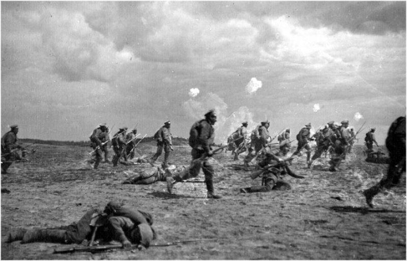 Atak oddziałów rosyjskich w czasie bitwy łódzkiej (autor nieznany, domena publiczna)