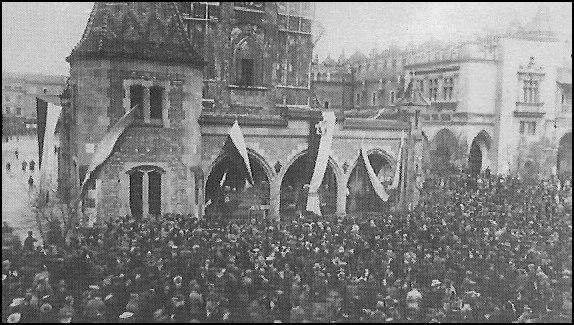 Manifestacja polska przy wieży ratuszowej w Krakowie (domena publiczna)