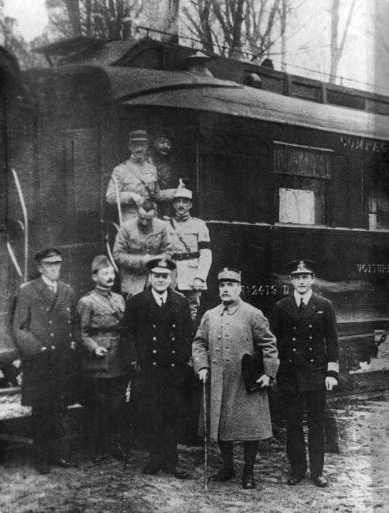 Marszałek Foch przed wagonem kolejowym w lesie Compiègne (domena publiczna)