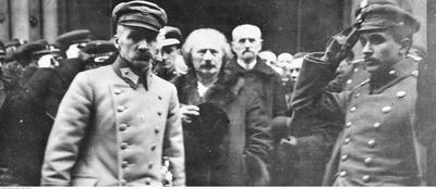 Piłsudski i Paderewski wychodzący z nabożeństwa w katedrze św. Jana (ze zbiorów NAC, 22-241-1)