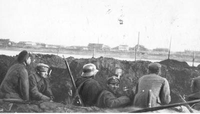 Przyczółek mostowy w Dźwińsku. Żołnierze w okopie (ze zbiorów NAC, 1-H-370)
