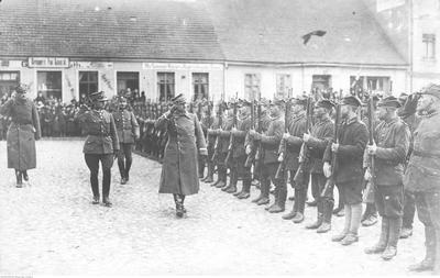 Generał Józef Dowbor-Muśnicki podczas przeglądu 7 pułku Strzelców Wielkopolskich (ze zbiorów NAC, 1-H-341-1)