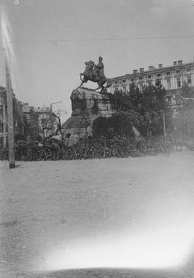 Polscy żołnierze pod pomnikiem Chmielnickiego w Kijowie (ze zbiorów NAC, 107-1007-1)