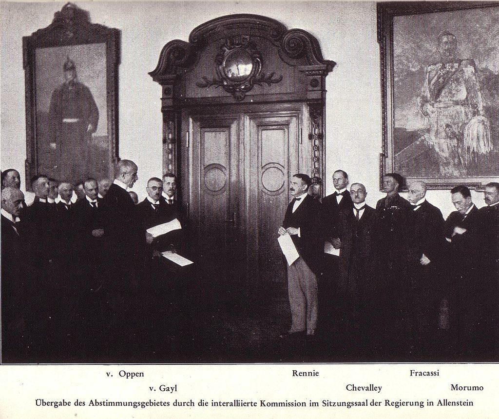 Przekazanie głosów regionu w budynku Rejencji Olsztyńskiej w czasie plebiscytu (domena publiczna)
