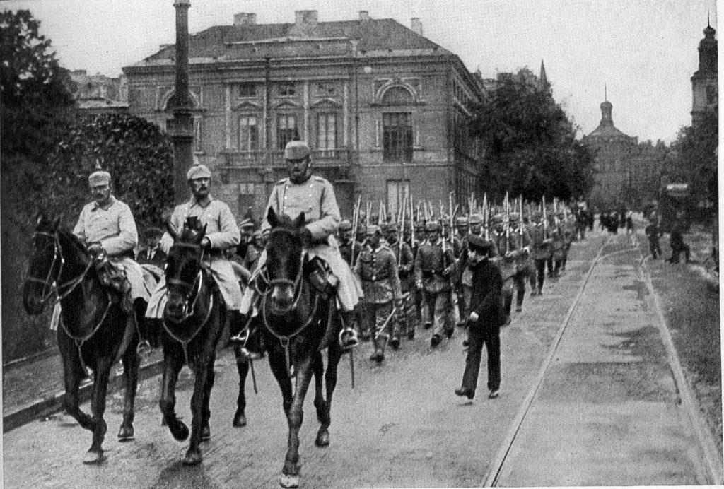 Wojska niemieckie na Krakowskim Przedmieściu w Warszawie. Lato 1915 (domena publiczna)