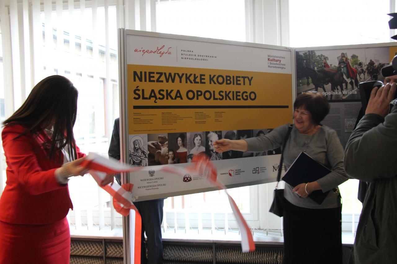 """Odsłonięcie wystawy """"Niezwykłe kobiety Śląska Opolskiego"""", źródło: opole.uw.gov.pl"""