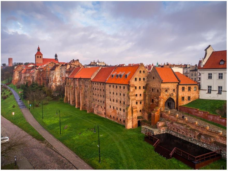 Grudziądz – zespół zabytkowych spichlerzy wraz z panoramą od strony Wisły, fot. P. Sekuła 2017, wł. NID