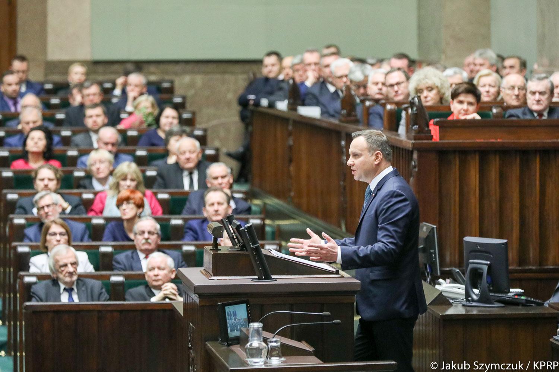 Prezydent RP Andrzej Duda podczas wygłaszania orędzia przed Zgromadzeniem Narodowym, 5.XII.2017, źródło: www.prezydent.pl