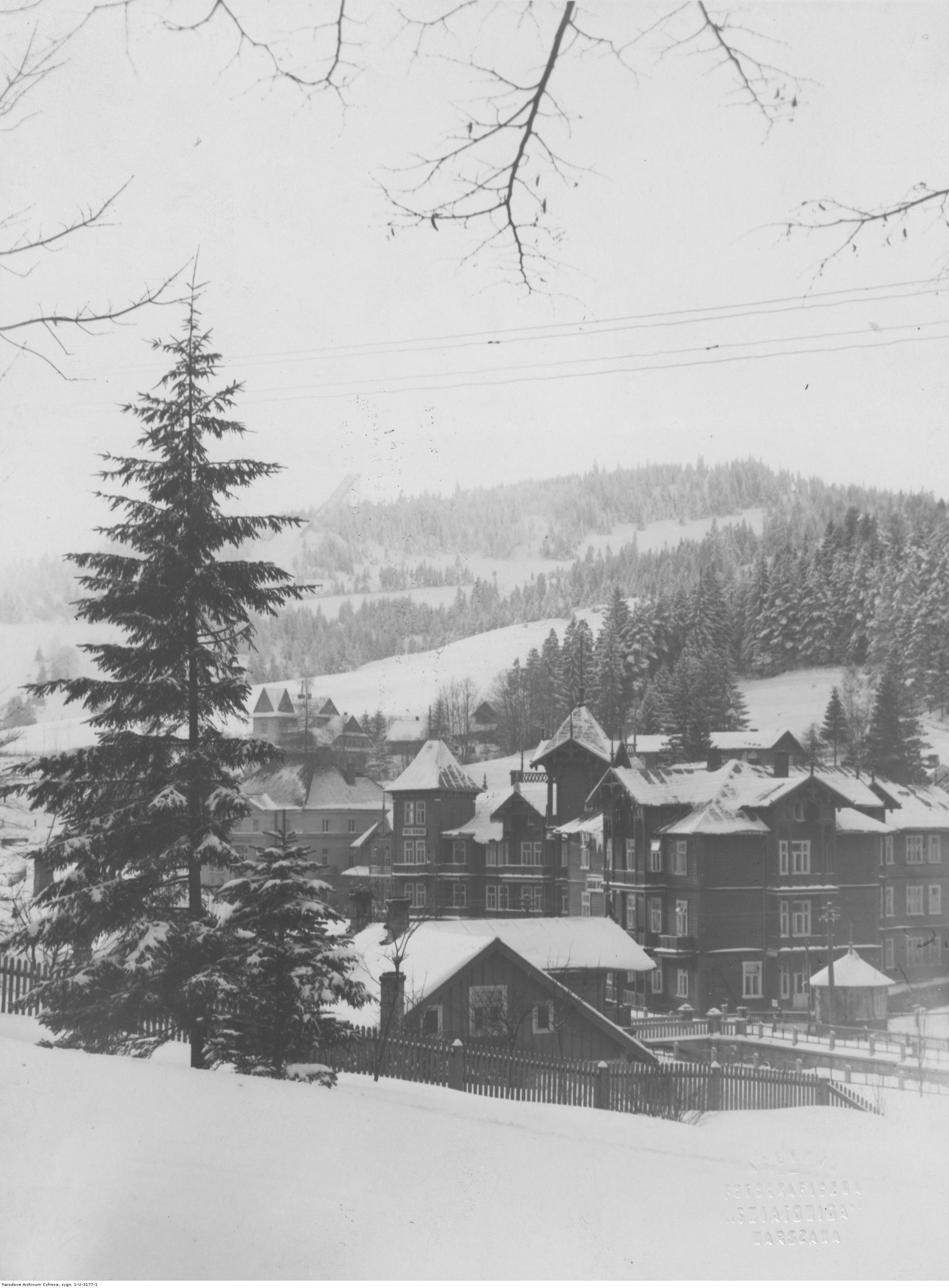 Krynica. Fragment miasta. Widok ogólny zimą. Źródło: NAC.