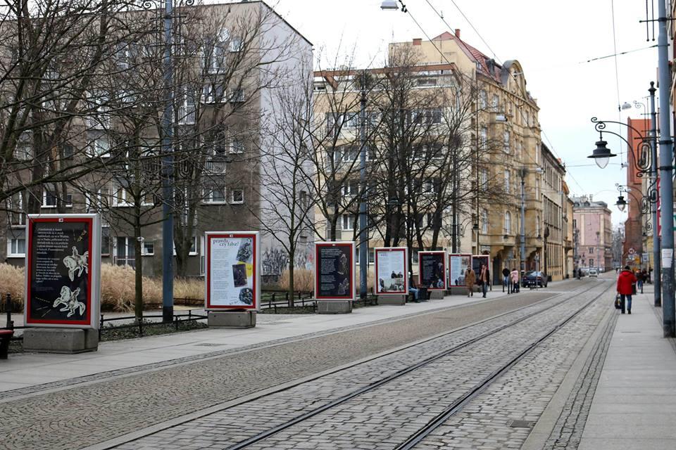 zdjęcie z uliczną wystawą