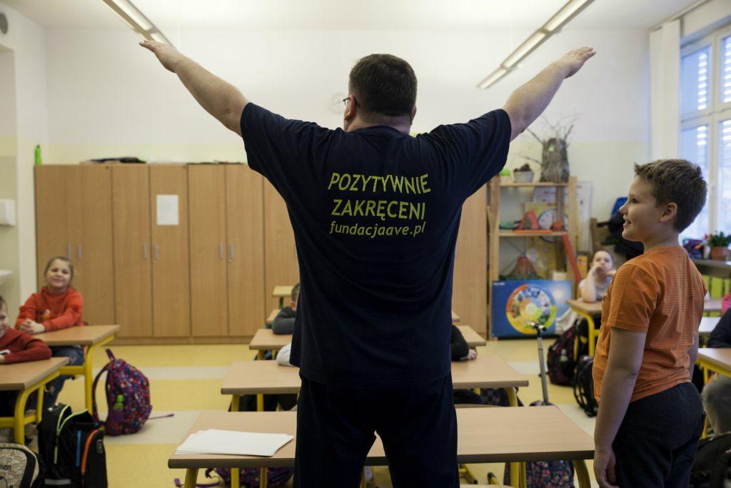 Prowadzący zajęcia jest pełen energii, która udziela się dzieciom, fot. Wiktoria Gałecka
