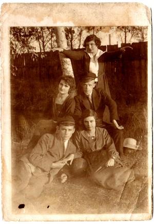 grupa ludzi w plenerze