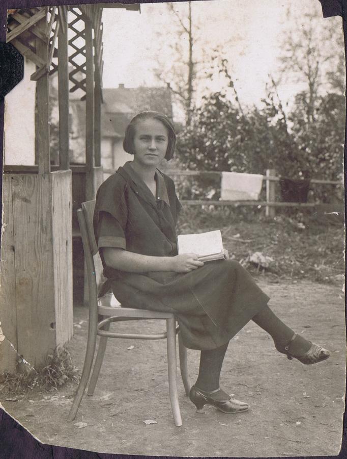 ee9cc81ff76a pani z lat 30. siedząca na dworzu