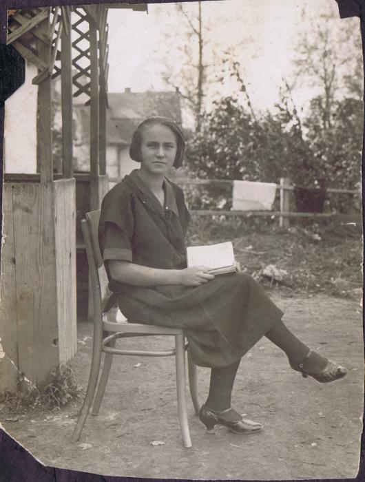 pani z lat 30. siedząca na dworzu