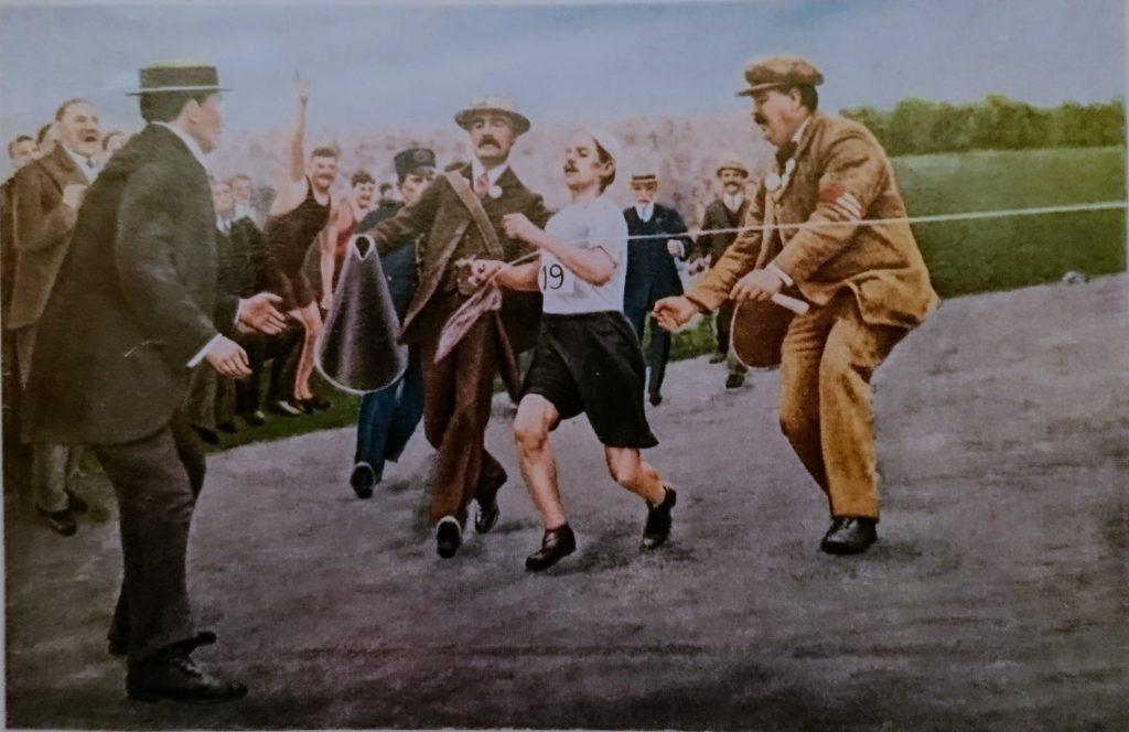 pierwszy maratończyk kończy swój bieg