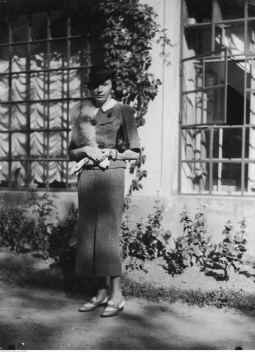 elegancka dama przed domem w latach 30/