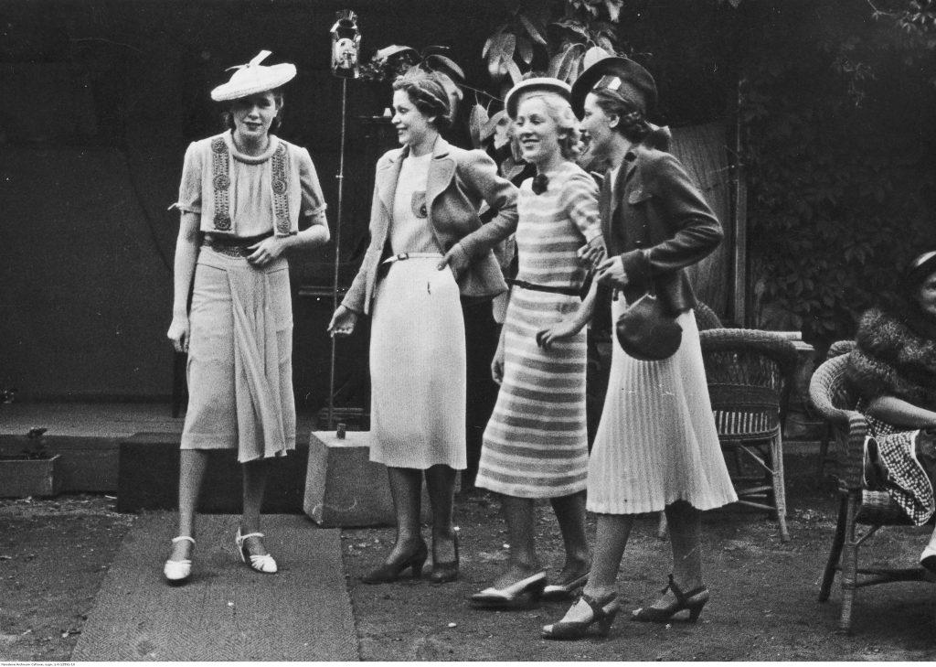 grupa młodych pań w okresie lat 30.