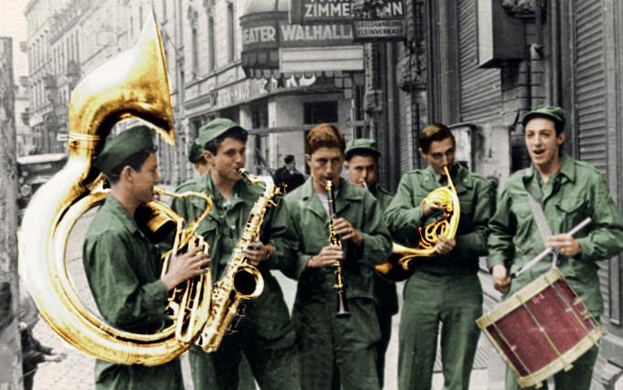 żołnierze amerykańscy grający na instrumentach dętych