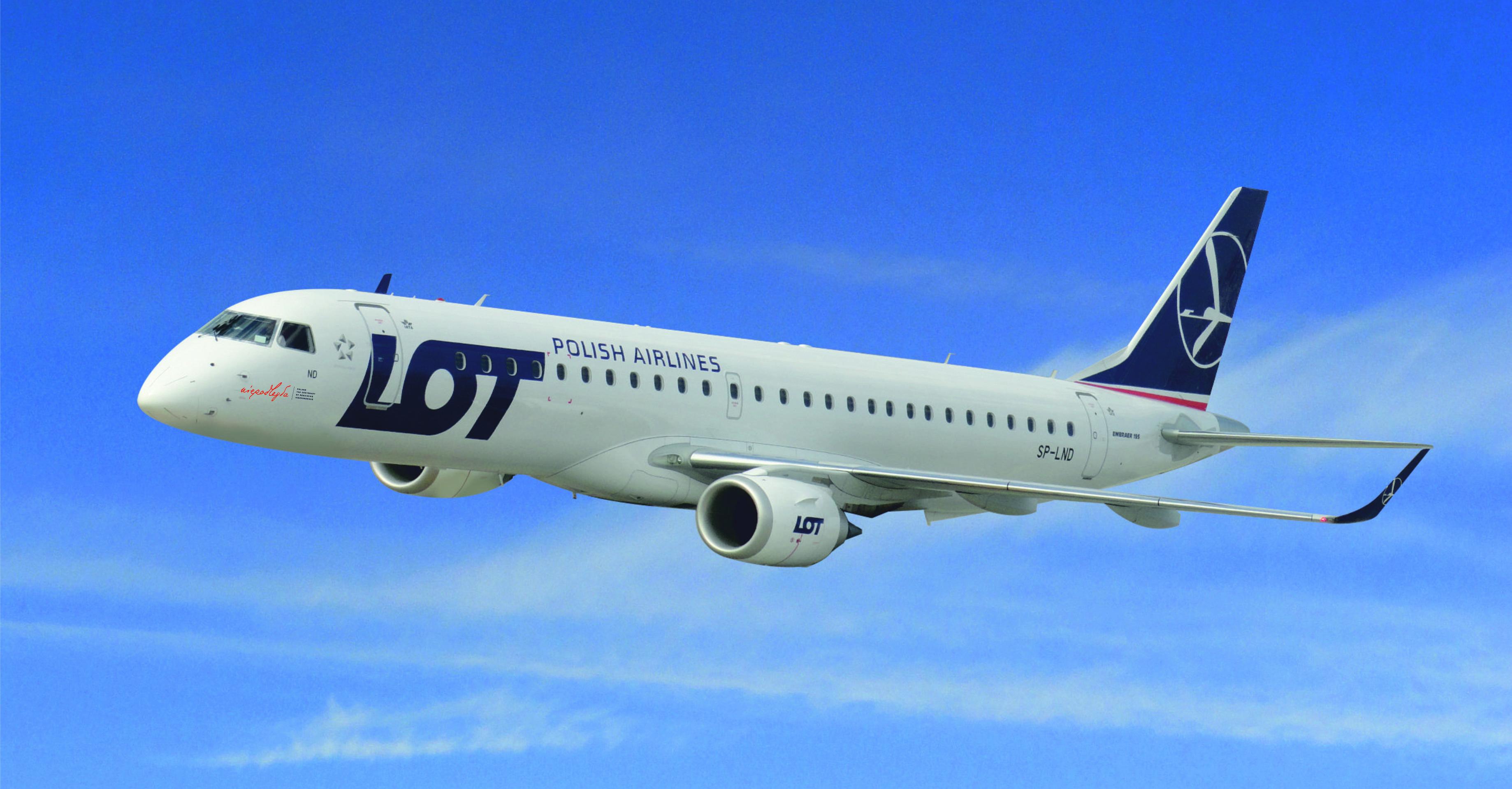 samolot LOT-u z logo niepodległej