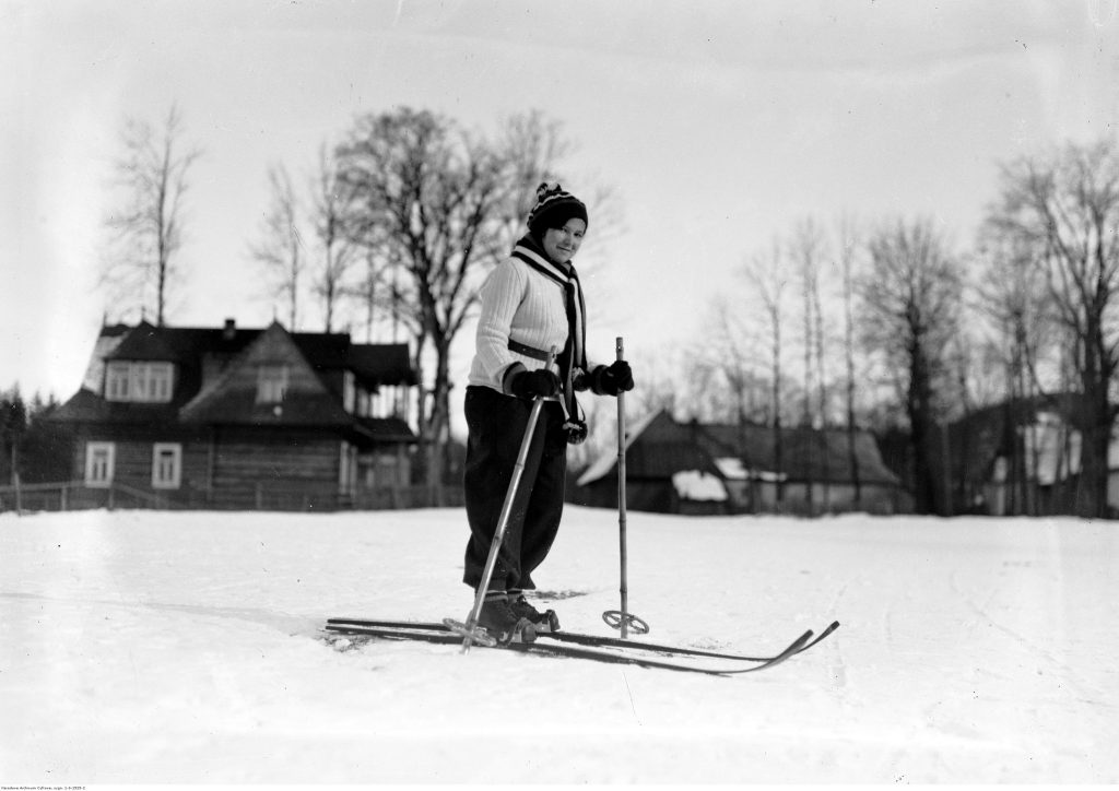 narciarka w swetrze na zaśnieżonym stoku