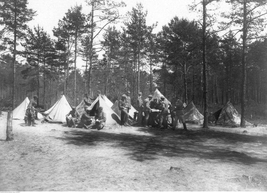 Obóz skautowy. Widoczni skauci i rozbite namioty.