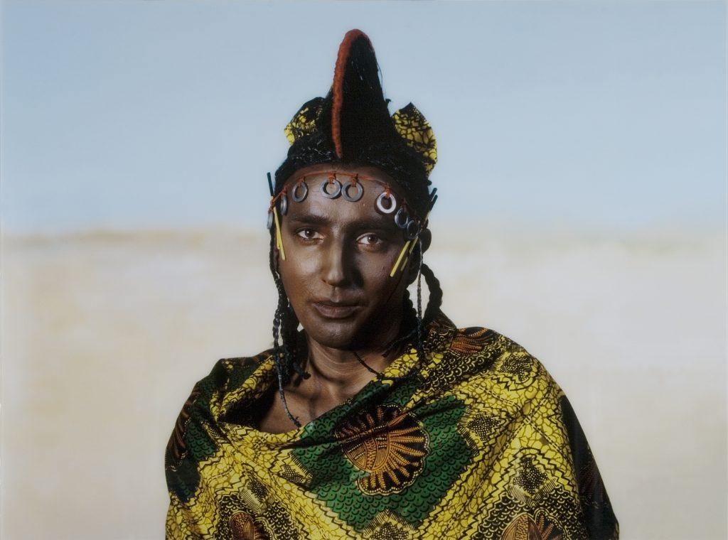 """Autoportret Kobiety Nigeryjskiej z plemienia Fulani, zdjęcie promujące wystawę """"Where Does Your Heart Belong?"""""""