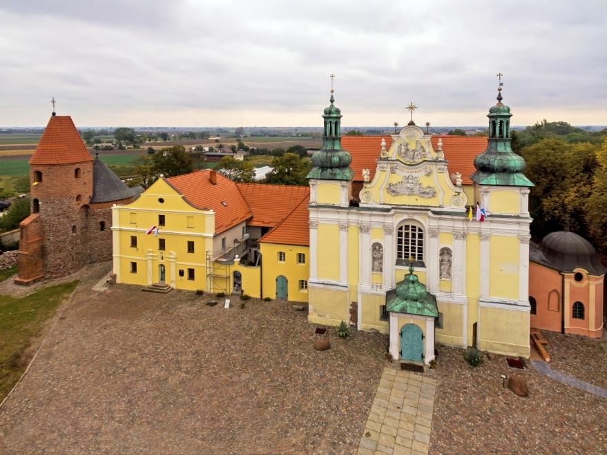 widok na fasady trzech budynków w rzędzie, rotundy, muzeum i kościoła