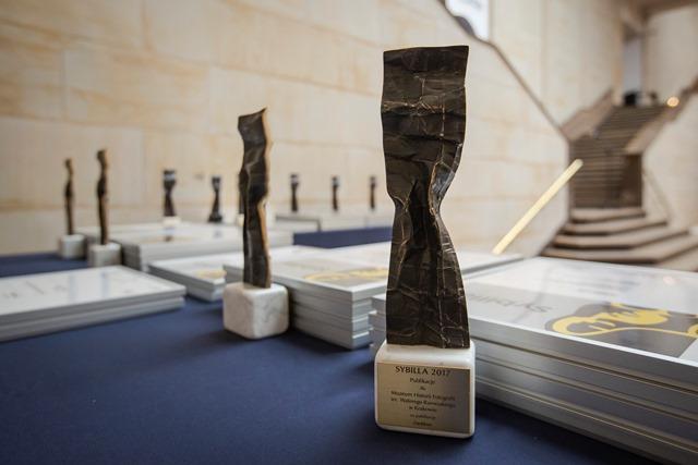 stół ze stojącymi statuetkami czekającymi na wręczenie