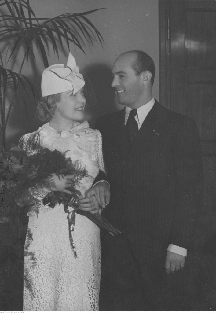 Para młoda - kobieta w kostiumie z kapelusikiem, mężczyzna w garniturze