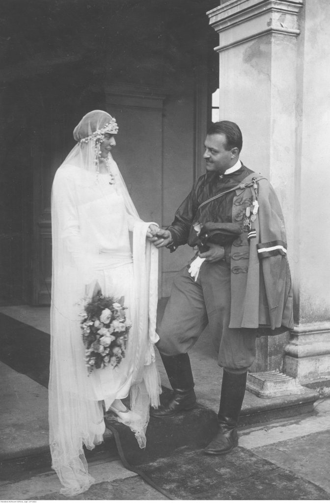 Młoda para z lat 20. - dama w białej sukni i mężczyzna w mundurze