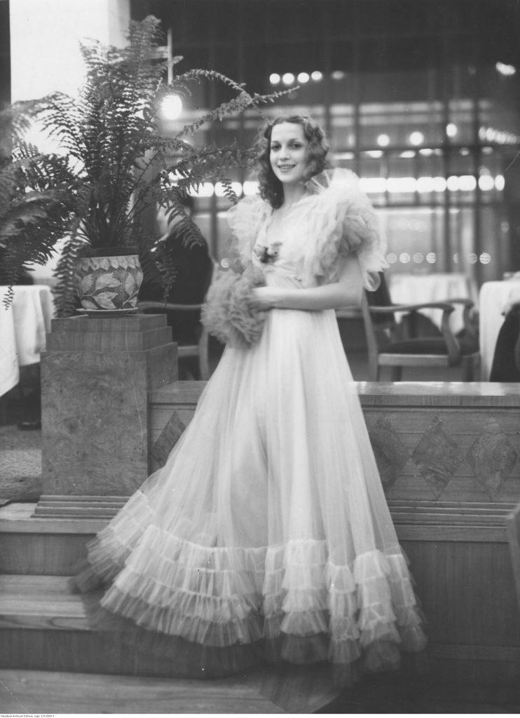 Aktorka Mira Wiszniewska w długiej, jasnej sukni z tiulu