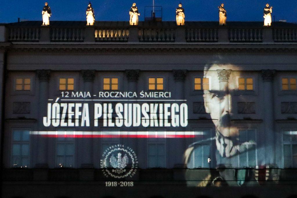 na fasadzie pałacu rzucony napis 12 maja - rocznica śmierci Józefa Piłsudskiego i obok twarz marszałka