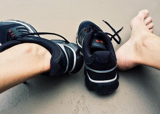 stopy w sportowych butach