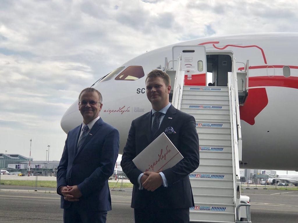 Jarosław Sellin i Jan Kowalski przy nowym Boeingu