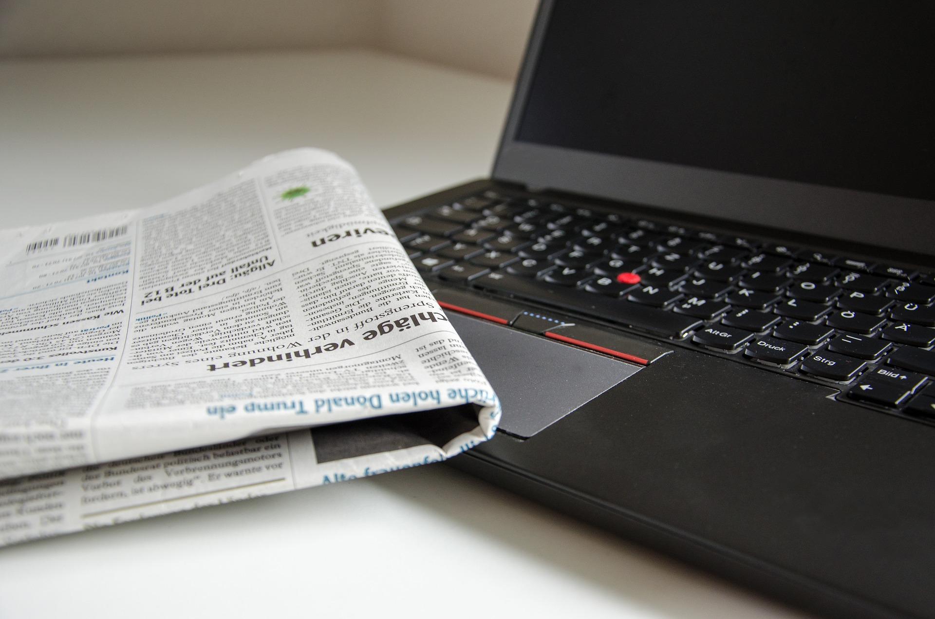Gazeta i laptop