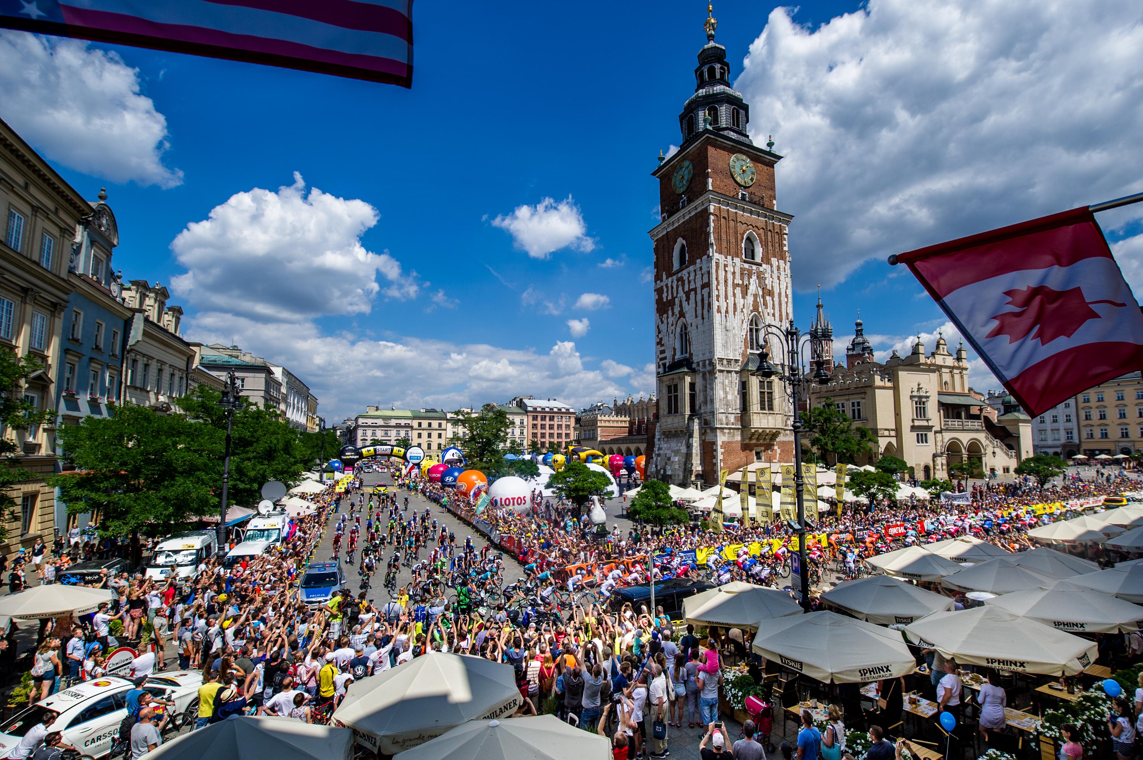 start wyścigu kolarskiego na rynku w Krakowie