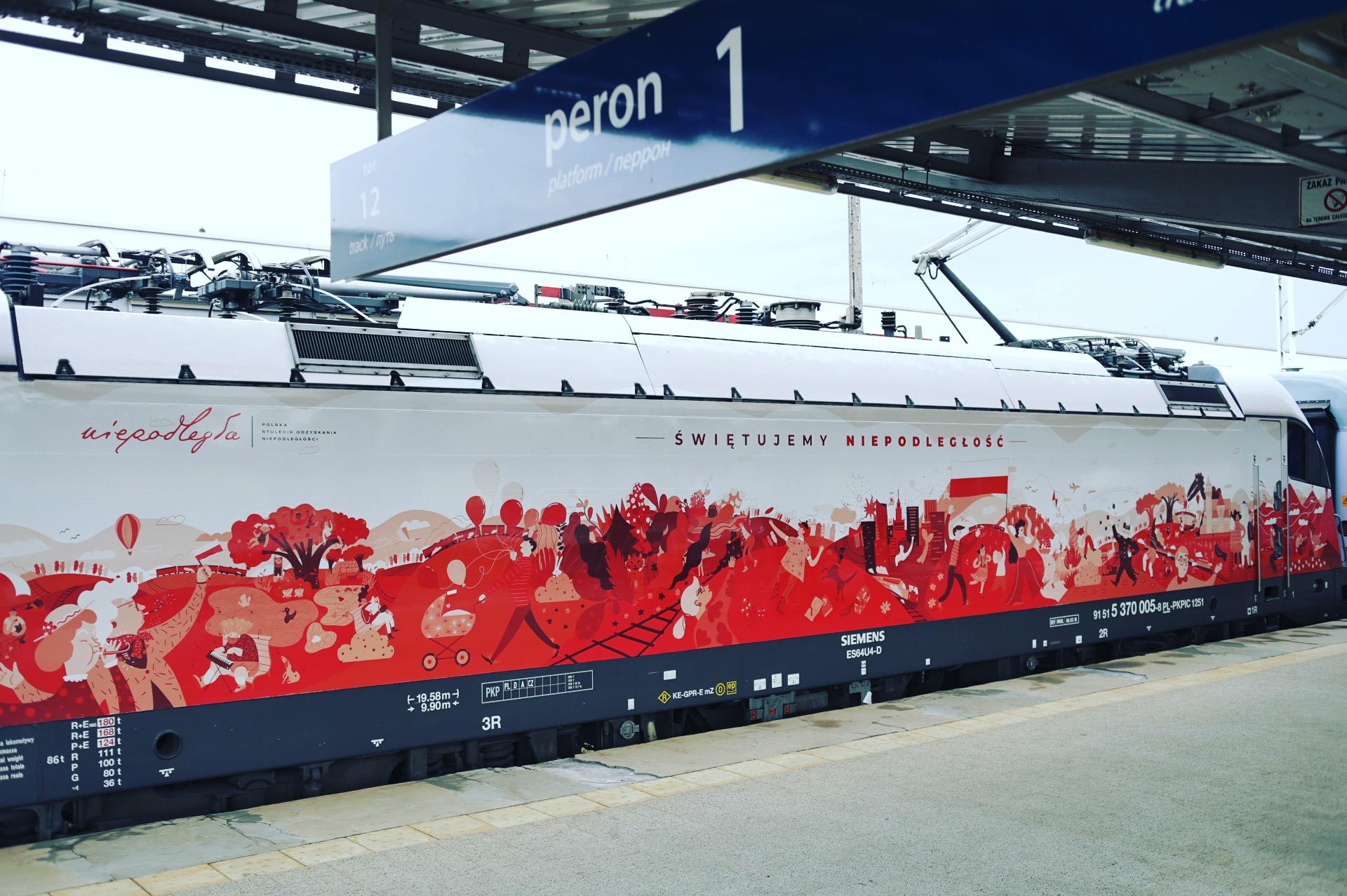 pociąg oklejony w biało-czerwone barwy