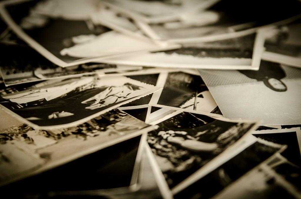 rozrzucone biało-czarne fotografie