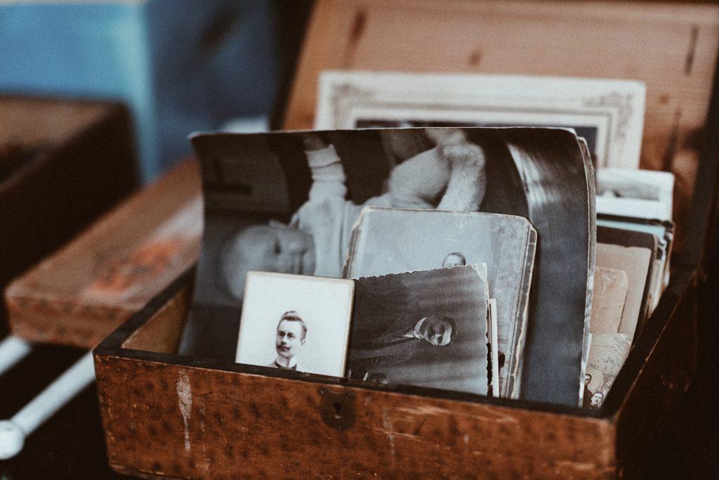 Skrzynka ze starymi zdjęciami