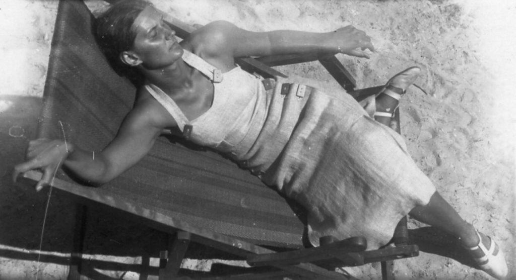 Helena Krazowska w jasnej sukience na plaży