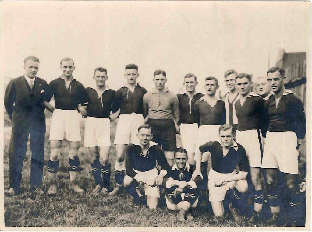 drużyna FC Katowitz w ciemnych koszulkach i białych spodenkach