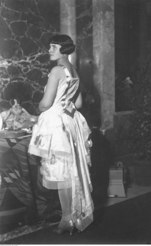 modelka prezentuje suknię z jedwabiu