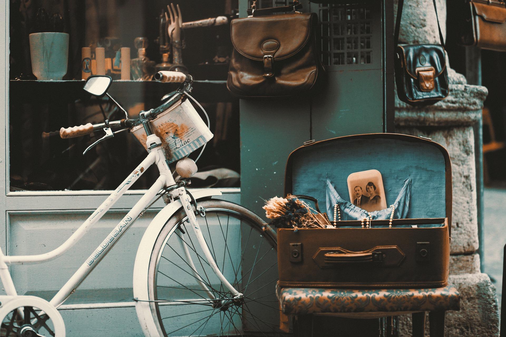 staromodny rower oparty o ścianę