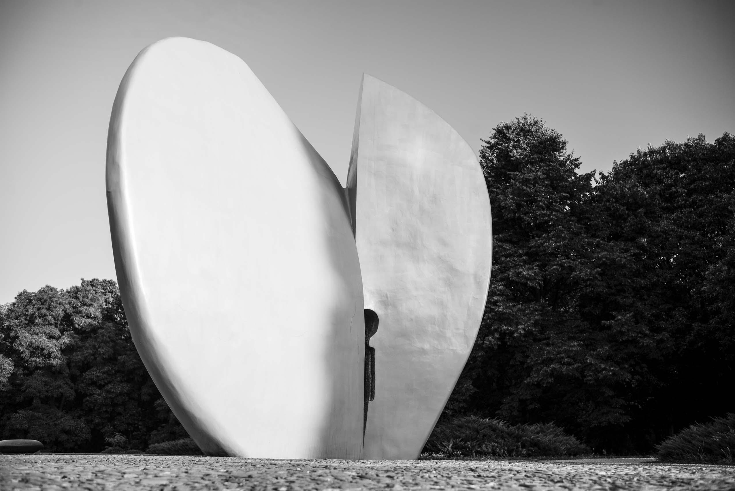 czarno-białe zdjęcie przedstawiające pomnik