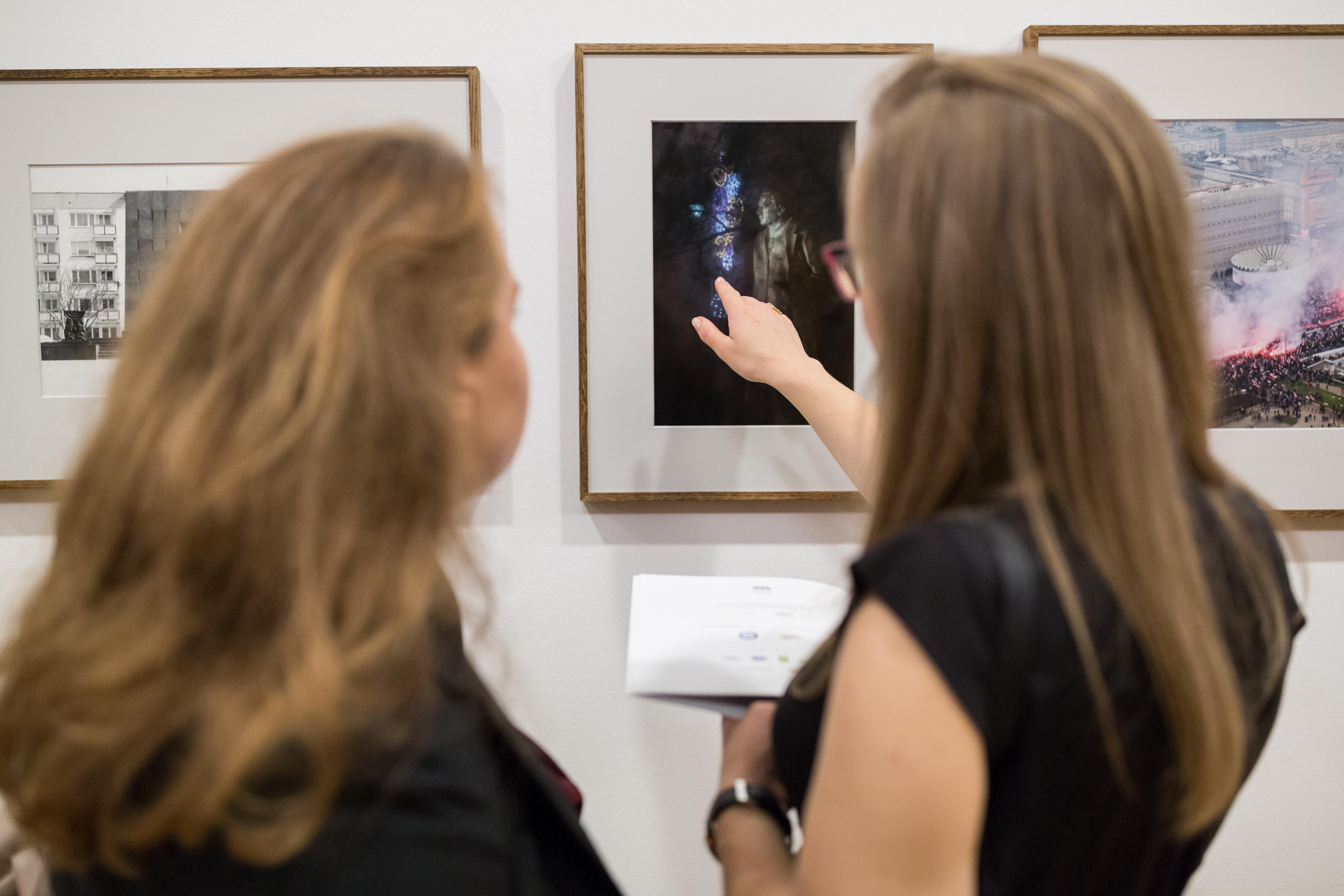 zdjęcie dwóch kobiet oglądających wystawę