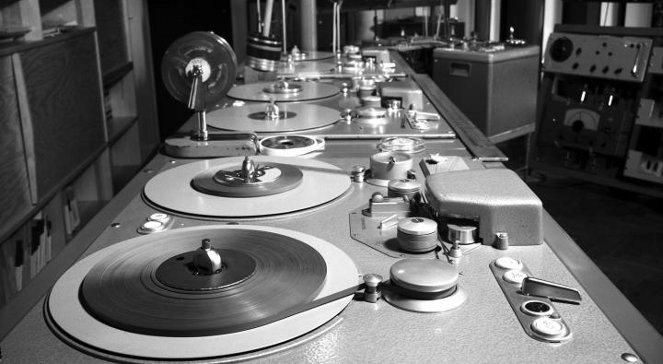 stare stoły z odtwarzaczami taśmy dźwiękowej