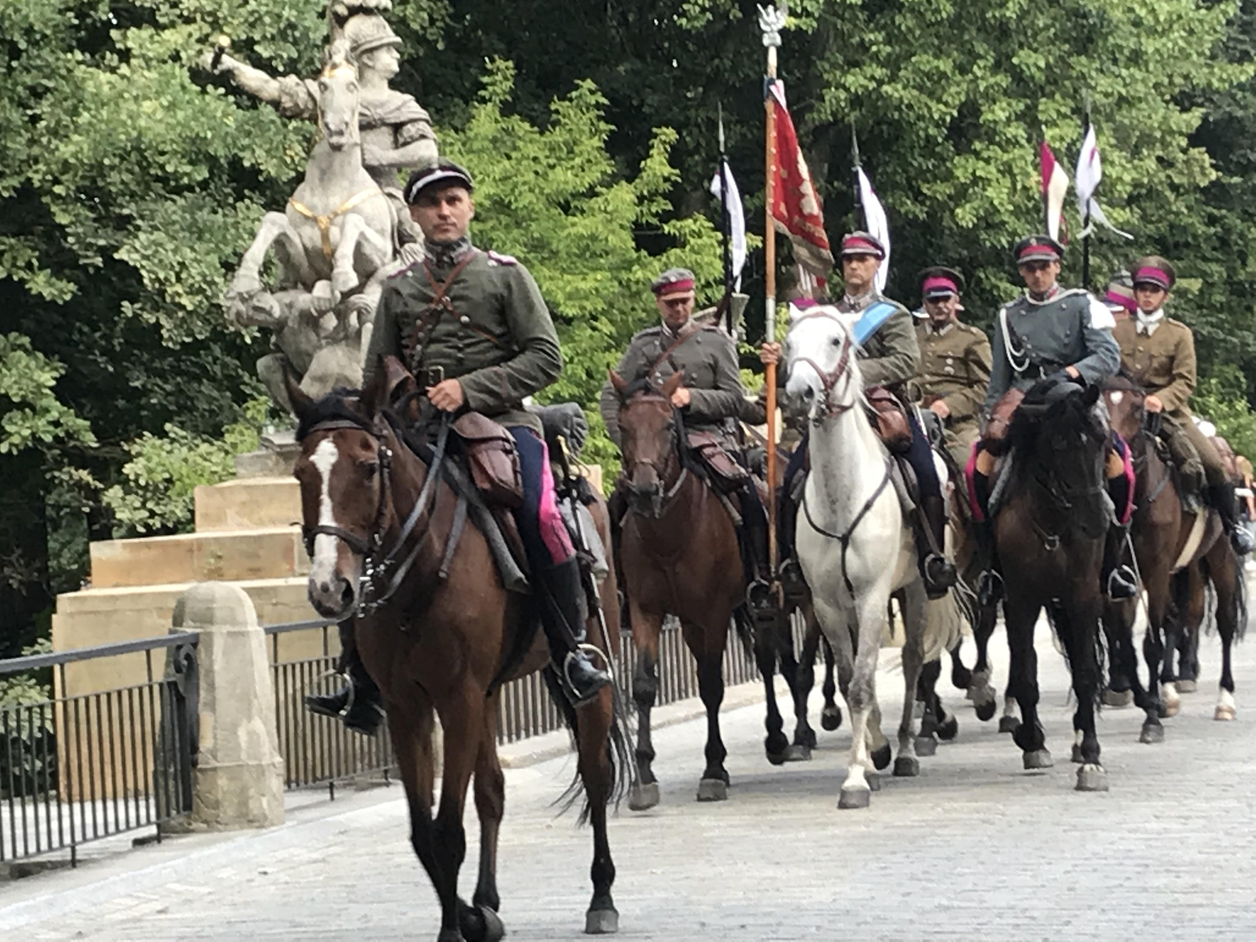zdjęcie jeźdźców na koniach