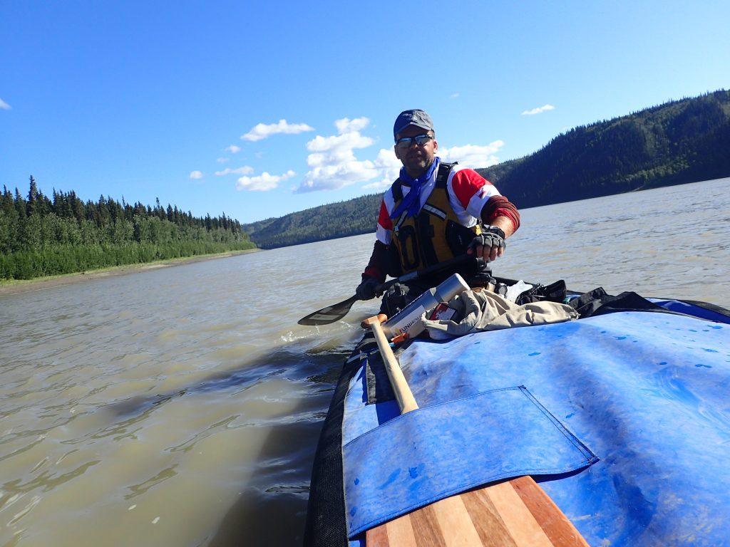 kajakarz w canoe, spływ rzeką